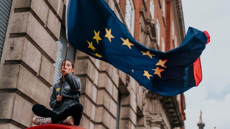 2020_girl_eu_flag.jpg